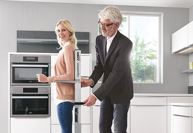 Richtige Arbeitshöhe ermitteln mit AMK-Ergometer - ergonomische Küche