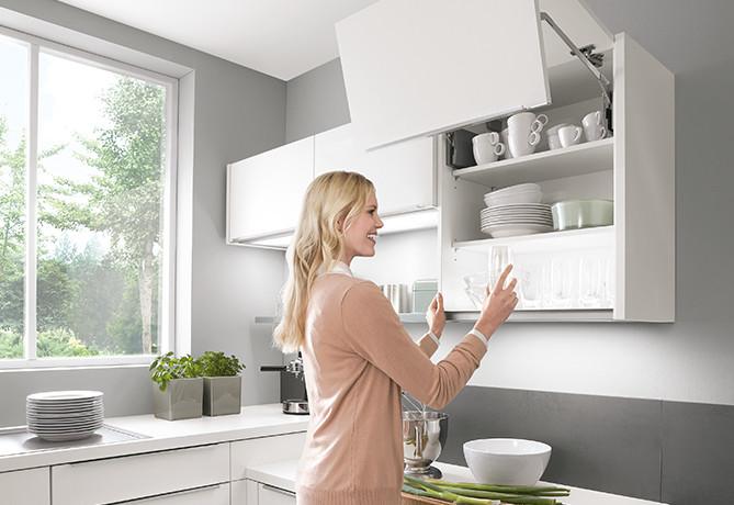 optimale Kopffreiheit durch Klappen oder Falt-Lifttüren - ergonomische Küche