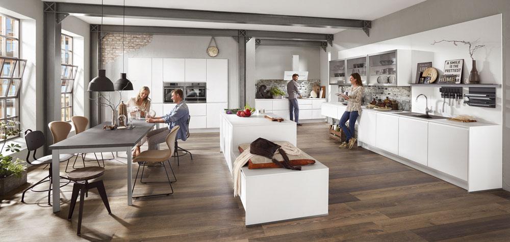Soll dein Esstisch Platz in der Küche finden, solltest du nicht vergessen, eine gewisse Beinfreiheit mit einzurechnen.