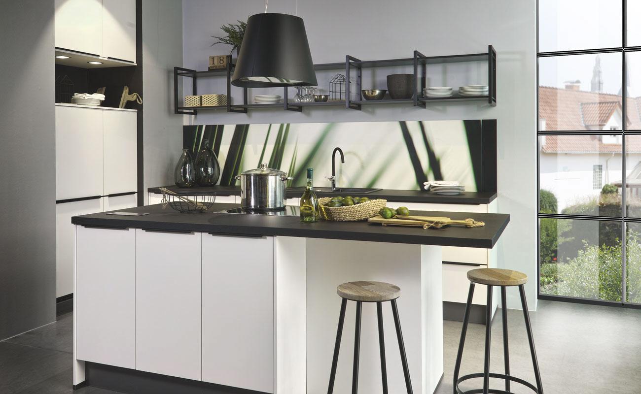 Gedämpfte Farben wie Petrol, Braun oder dunkles Blau aber auch Weiß und Schwarz spielen eine besondere Rolle beim Industrial Style.