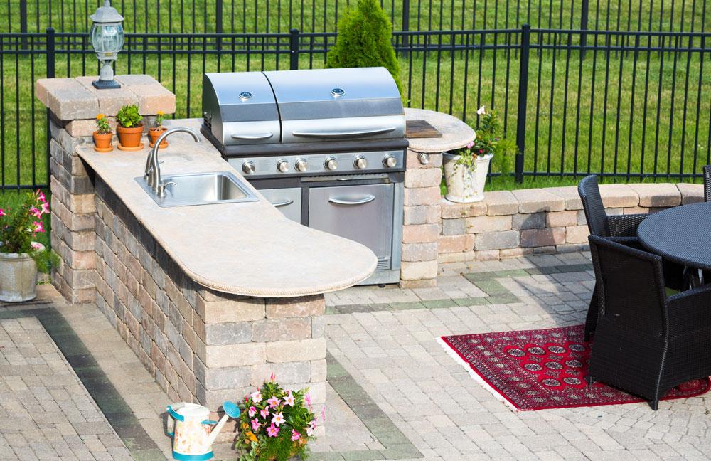 Grill und Küche sind in der Outdoor-Küche direkt nebeneinander und man kann gemeinsam seine Grill- und Kochkünste ausleben.