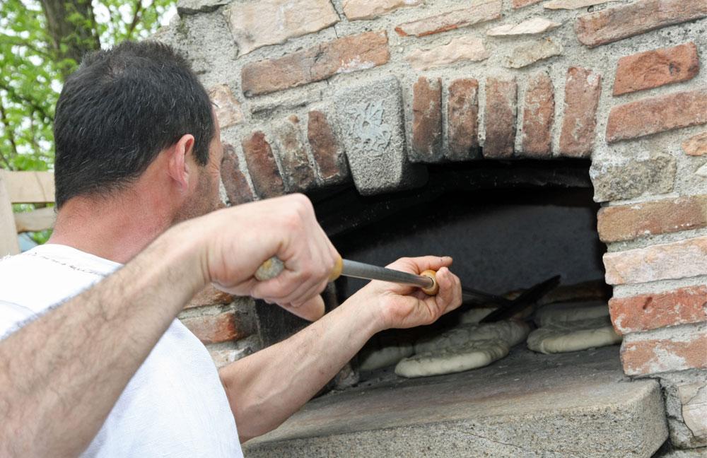 In einer Outdoor-Küche einen Elektro-Backofen zu installieren ist eher unüblich. Hier kann man aber das verwirklichen, was in einer Indoor-Küche nicht so leicht umsetzbar ist: Ein gemauerter Backofen.