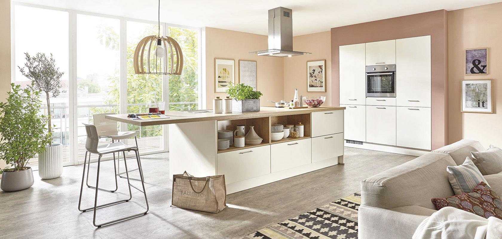 Eine rustikale Küchentheke als Frühstücksbar in moderner Umgebung - hier macht das Frühstücken im Pyjama richtig Spaß.
