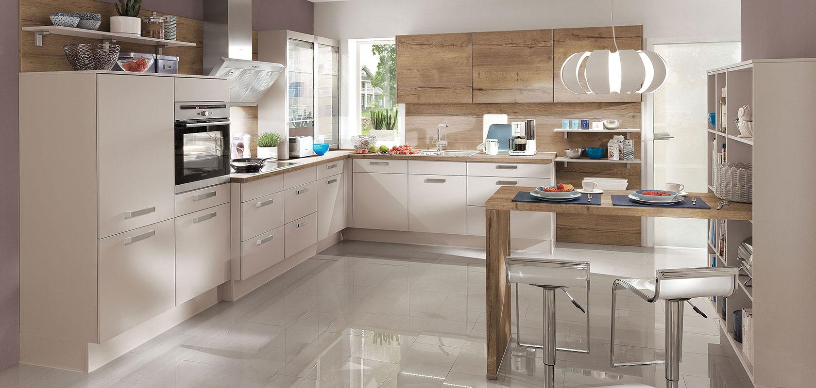 Moderne Küche mit Küchenfußboden aus glänzenden Fliesen