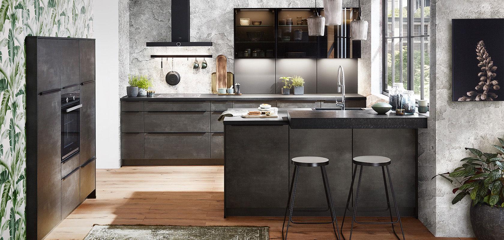 Moderne Einbauküche in Betonoptik kombiniert mit Küchenfußboden aus Holz